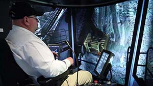Mark Smith, Consultor de Capacitación en Palas Eléctricas de Cables de Minera Global de Caterpillar, operando el simulador de Palas Eléctricas de Cables Caterpillar 7495 recientemente desarrollado.