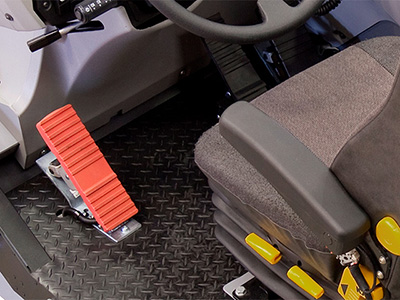 Cat 777F - Accelerator and brake pedals match real cab